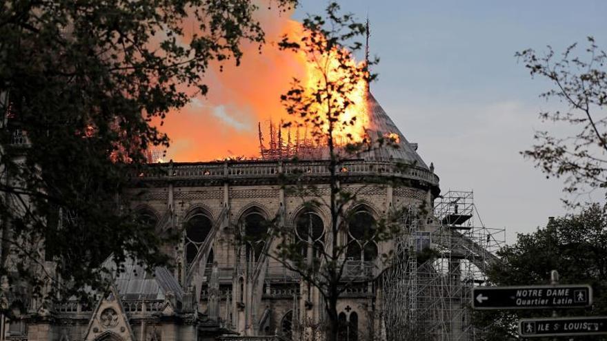 Vista lateral de la catedral de Notre-Dame con el techo en llamas. / EFE