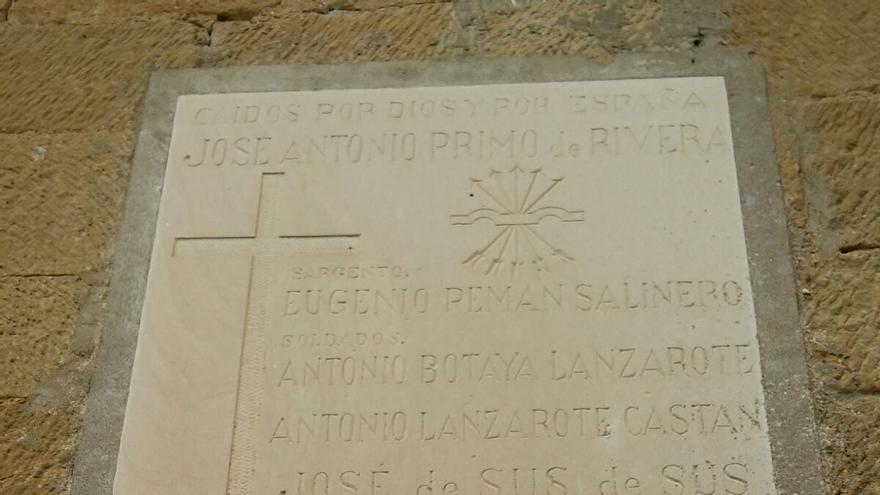 En la placa están los nombres de ocho vecinos del pueblo.