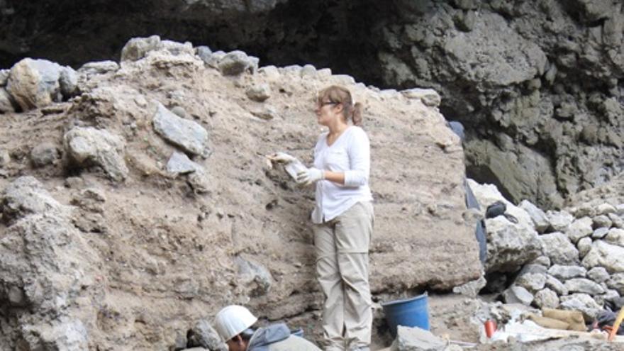 Excavación en la estratigrafía que quedó al descubierto tras las riadas de 2013.