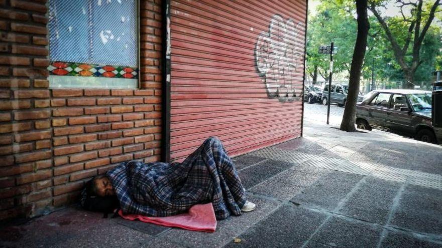 Una persona duerme en la calle en Buenos Aires (Argentina).
