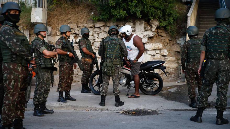 Policías brasileños en un control callejero en Río de Janeiro.
