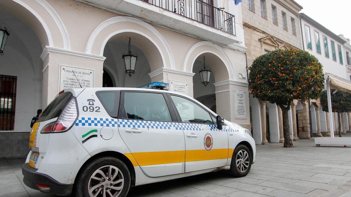 Coche de la Policía Local de Mérida junto al Ayuntamiento