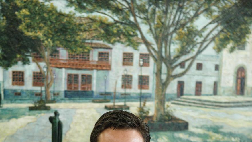 José Julián Mena, en su despacho oficial del Ayuntamiento de Arona
