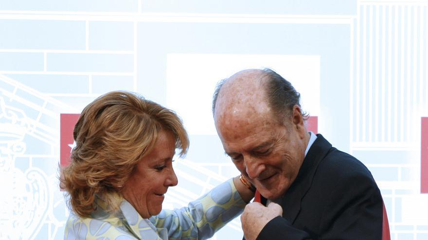 Esperanza Aguirre impone la Gran Cruz de la Orden del Dos de Mayo a José Antonio Segurado en mayo de 2010. EFE