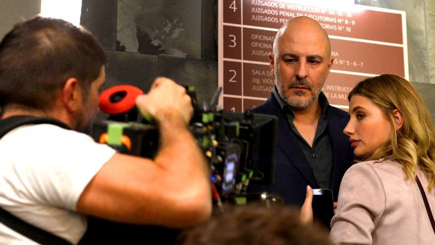 Roberto Álamo y Miriam Giovanelli, en el rodaje de Caronte