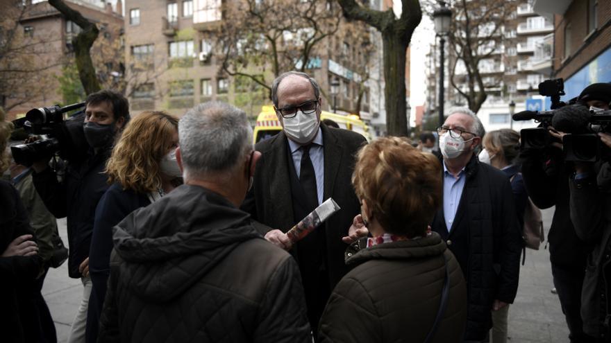 El candidato del PSOE a la Presidencia de la Comunidad de Madrid, Ángel Gabilondo (c), durante su visita por Alcorcón