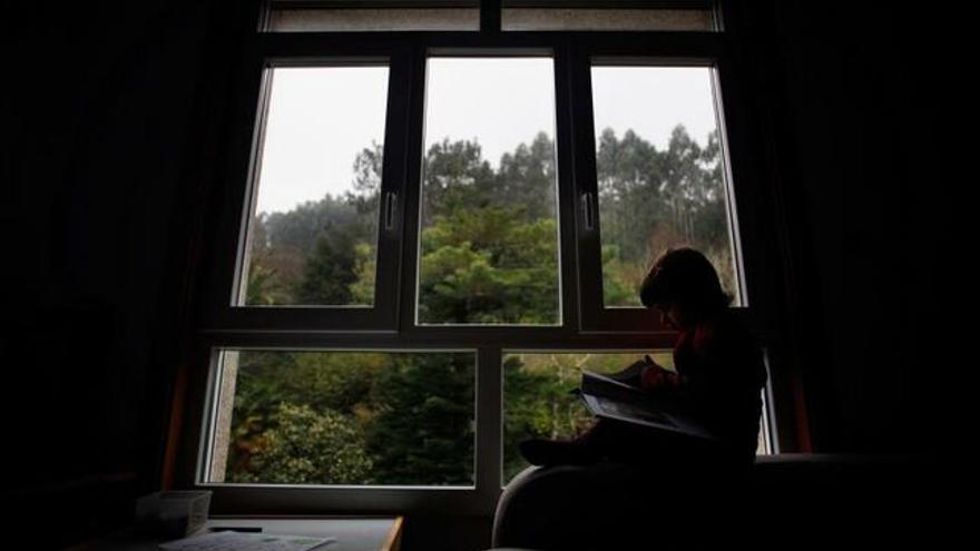 Un niño lee durante el confinamiento. EFE