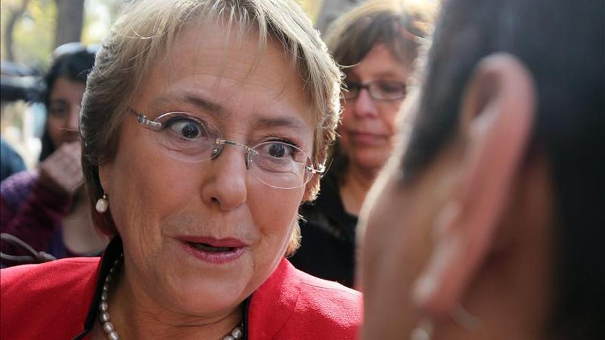 """Bachelet afirma """"que no la atemorizarán"""" tras recibir un escupitajo en el rostro"""