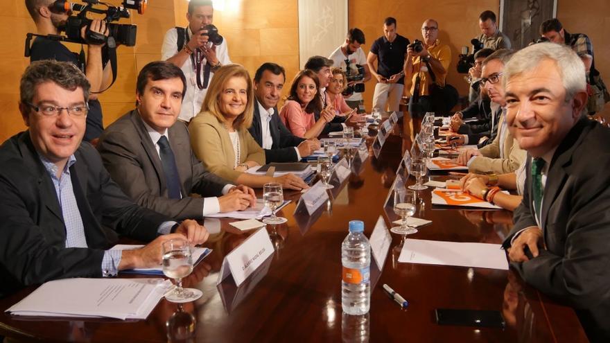 La mesa de las negociaciones entre PP y Ciudadanos, este martes. Foto: Partido Popular