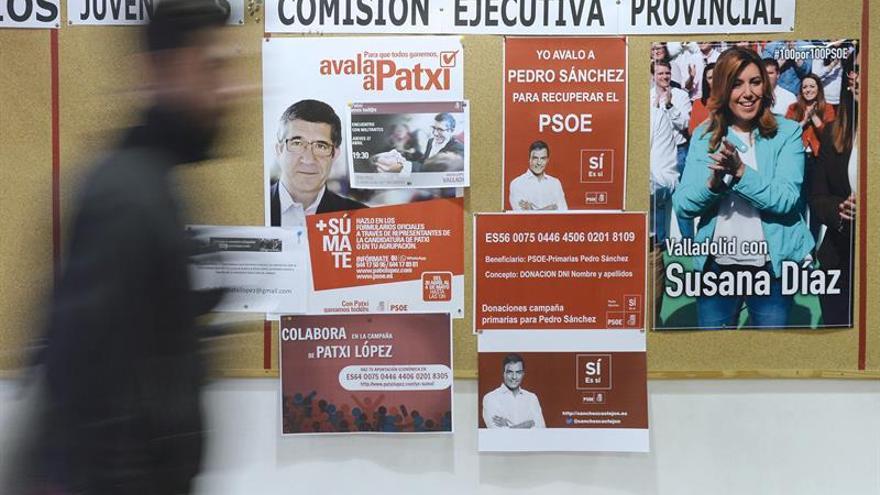 Carteles de propaganda electoral en una agrupación del PSOE.