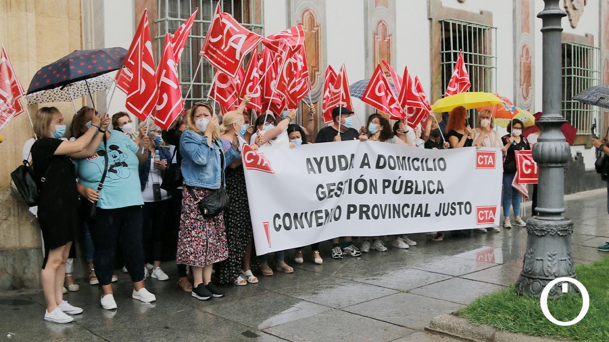 Concentración de las trabajadoras de Ayuda a Domicilio de CTA