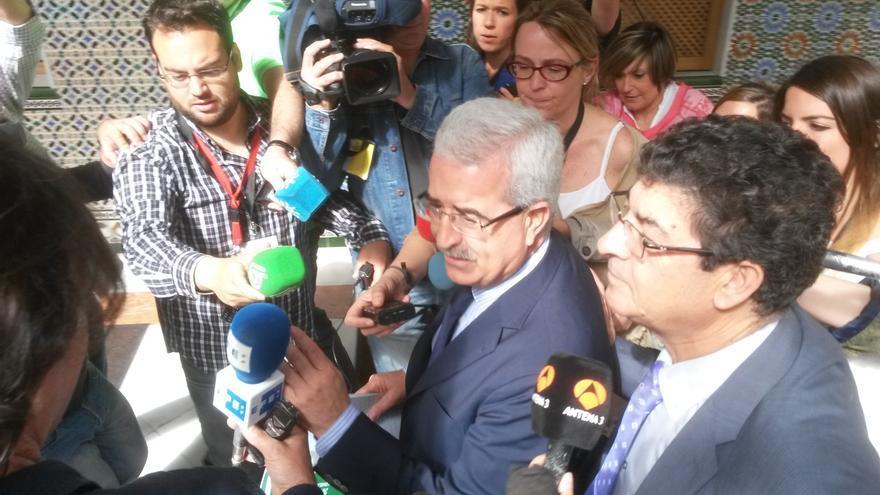Manuel Jiménez Barrios y Diego Valderas rodeados por los medios en un descanso de la reunión.