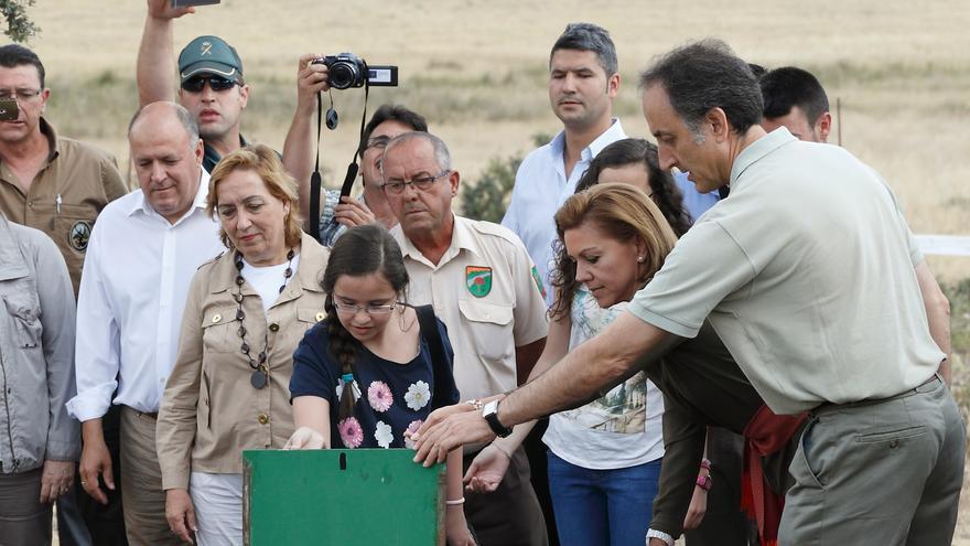 Cospedal participa en la suelta de linces en julio de 2014.