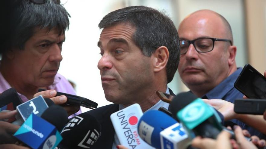 El próximo canciller de Uruguay, Ernesto Talvi, habla con la prensa este jueves en Montevideo (Uruguay).
