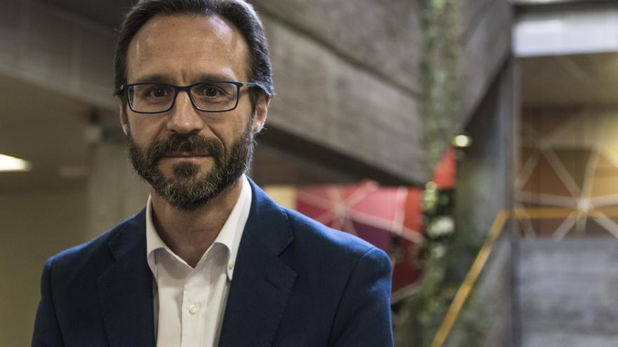 El periodista Javier Mayoral en la Facultad de Ciencias de la Información de la UCM.