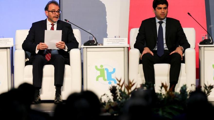 El vicepresidente ecuatoriano Otto Sonnenholzner (d) junto al embajador, Crhistian Espinosa (i), Ministro de Relaciones Exteriores y Movilidad Humana (subrogante), participan de la inauguración del XII Cumbre del Foro Global sobre Migración y Desarrollo, este martes, en Quito (Ecuador).