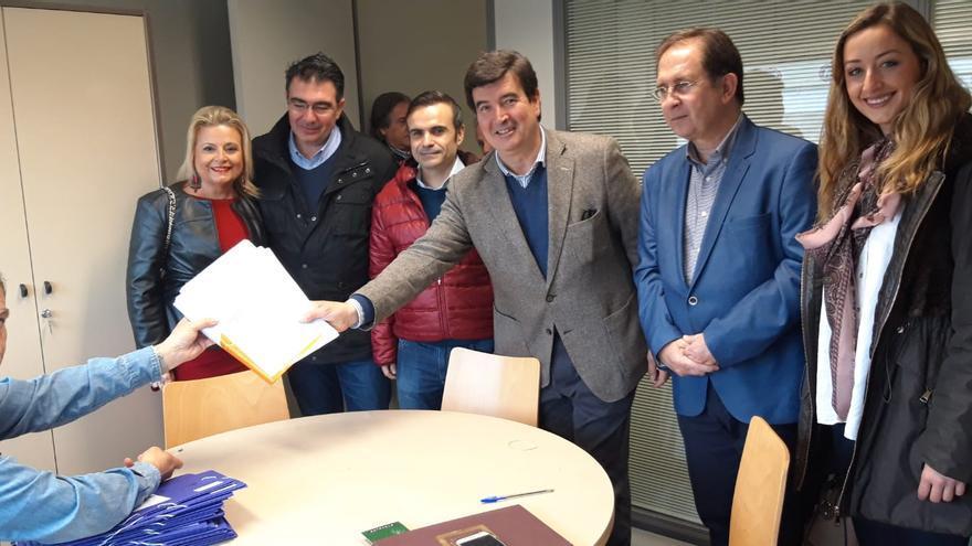 El candidato a la alcaldía de València por Ciudadanos, Fernando Giner, entrega la lista municipal en la Junta Electoral junto a parte de su equipo