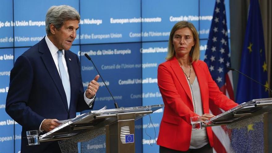 La alta representante de la UE para la Política Exterior, Federica Mogherini, y el secretario de Estado de EEUU, John Kerry, antes del Consejo de Ministros de Exteriores de la UE de este lunes en Bruselas.