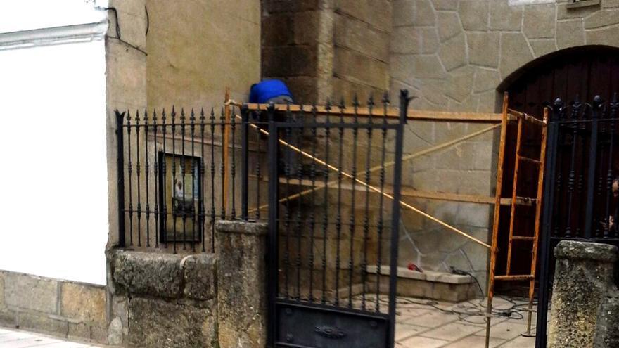 Imagen de las obras de retirada de la plaza antincostitucional de la ermita de Navaconcejo / Asociacion para la Recuperación de la Memoria Histórica de Exetremadura