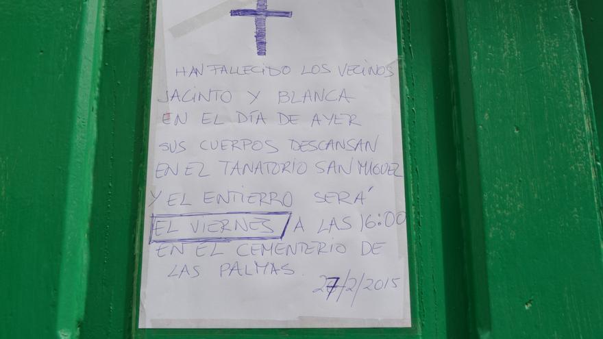 Esquela en la puerta de la casa de Jacinto y Blanca Nieves. FOTO: Iago Otero Paz.