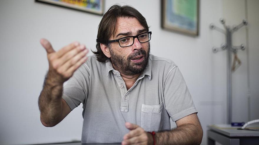 Camil Ros, durante la entrevista en su despacho en la UGT catalana  foto: ROBERT BONET