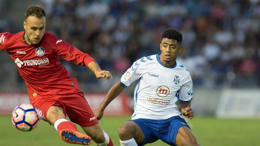 El defensa del Getafe, Juan Cala, se escapa del delantero hondureño Anthony Lozano, del CD Tenerife, en el Heliodoro Rodríguez López. EFE/Ramón de la Rocha