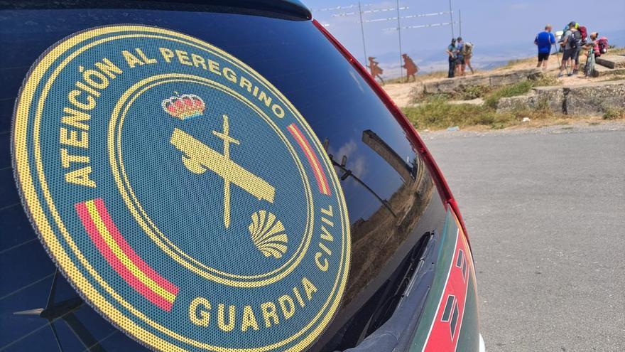 Vehículo de la Guardia Civil junto a un grupo de peregrinos