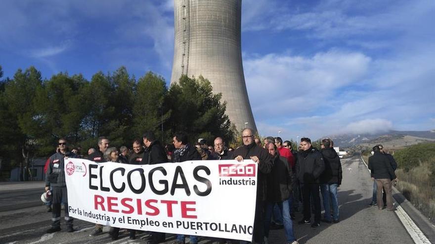 Los extrabajadores de Elcogas se concentran para pedir más recolocaciones