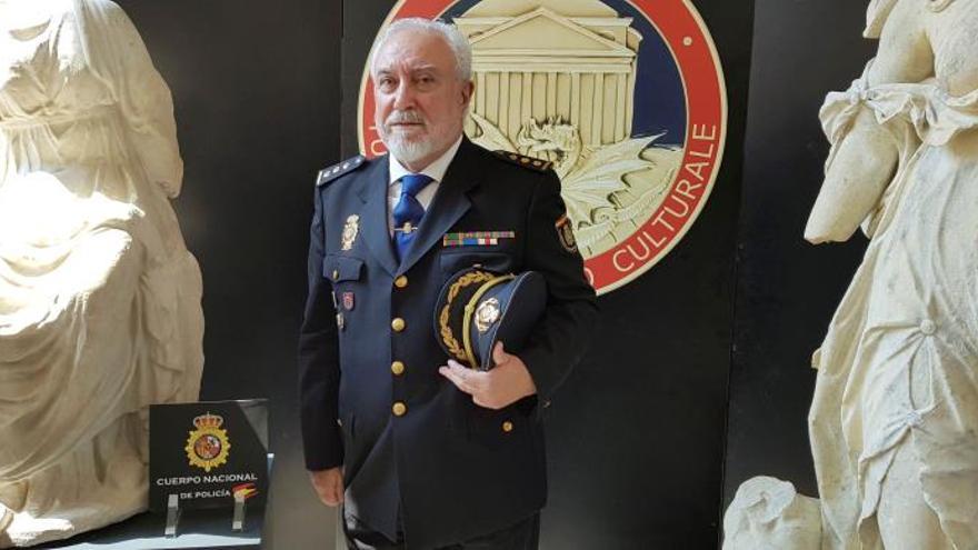El consejero de Interior de la embajada de España en Italia, Domingo Suárez, entrega a las autoridades italianas tres valiosas esculturas robadas y recuperadas en Madrid y Barcelona, donde habían sido vendidas en el mercado negro.