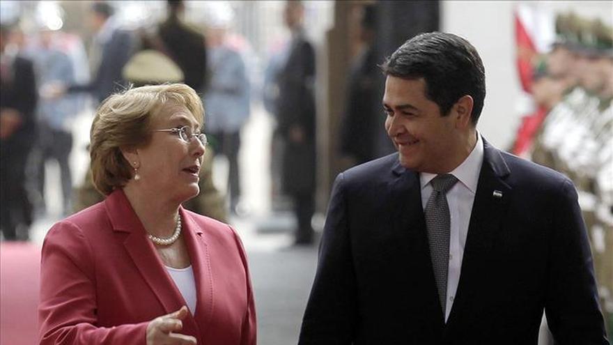 El presidente hondureño busca en Chile atraer inversiones y agilizar el comercio