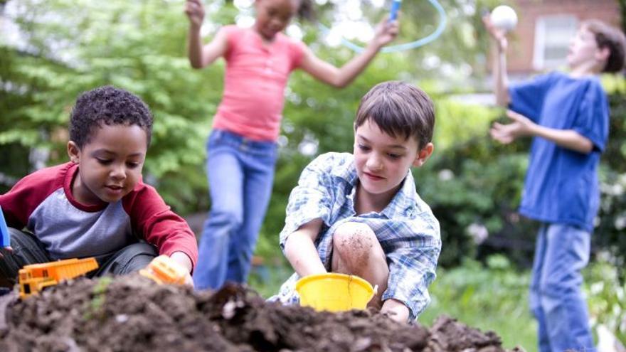 Imagen de archivo de un grupo de niños jugando.