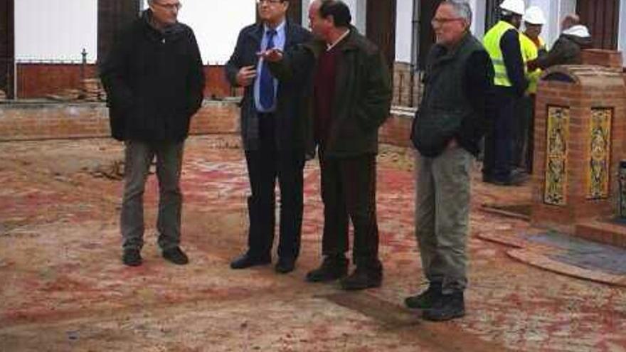 Diego Valderas, en el centro, durante su visita a Encinasola este viernes.