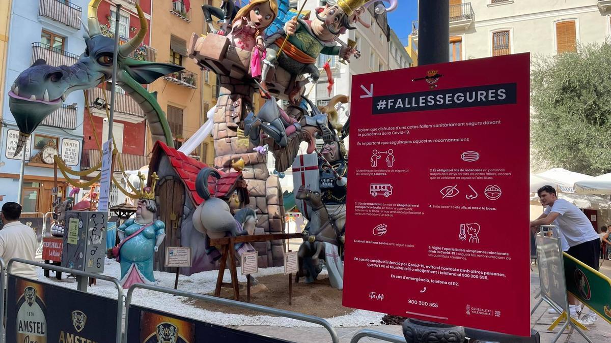 Un cartell informatiu amb les normes de seguretat instal·lat per la comissió de la Plaça del Doctor Collado.
