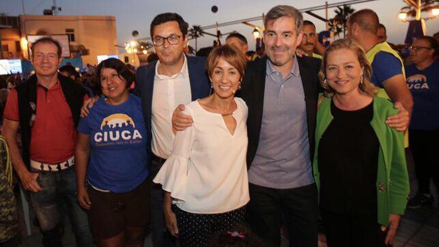 Onalia Bueno, en el centro de la imagen, junto al entonces presidente de Canarias, Fernando Clavijo, y la diputada Ana Oramas (CC)