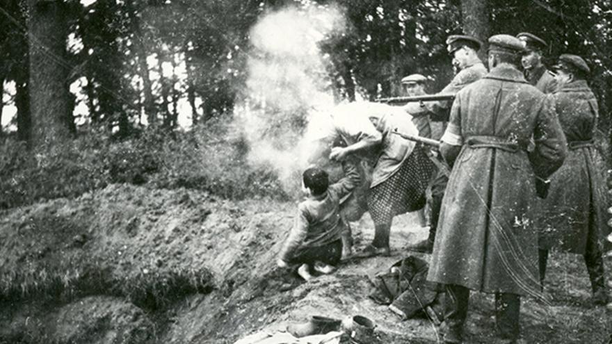 Oficiales alemanes y milicias ucranias asesinan a una familia judía en Miropol (Ucrania) el 13 de octubre de 1941.