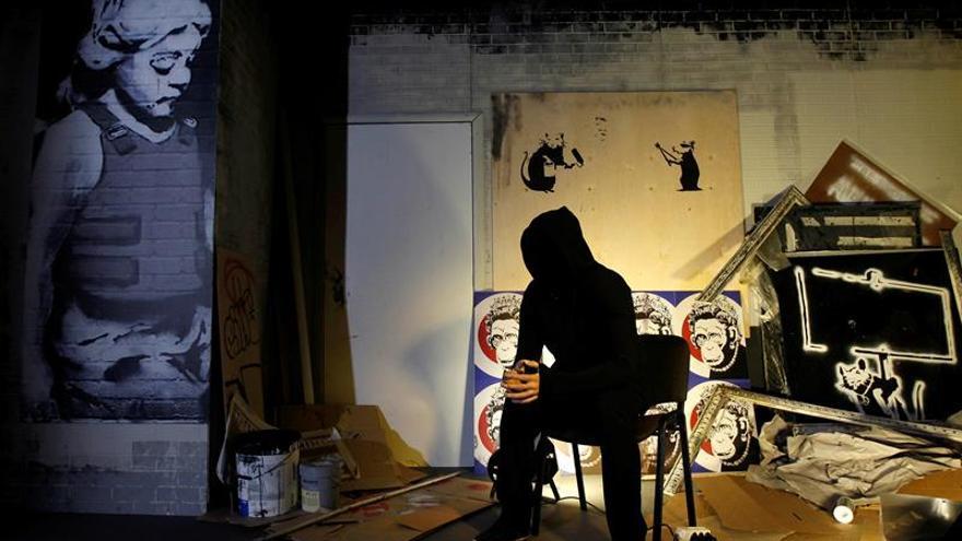 obras de arte geniales para sala de estar Banksy Genio O Vndalo Un Vistazo Bajo La Capucha Del