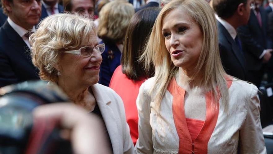 La presidenta de la Comunidad de Madrid, Cristina Cifuentes (d), y la alcaldesa de la capital, Manuela Carmena, conversan durante el ...