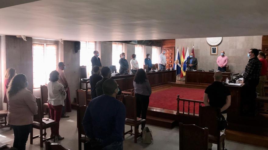 Antes del inicio del pleno de Granadilla se guardó un minuto de silecio en memoria de los fallecidos y afectados por el coronavirus