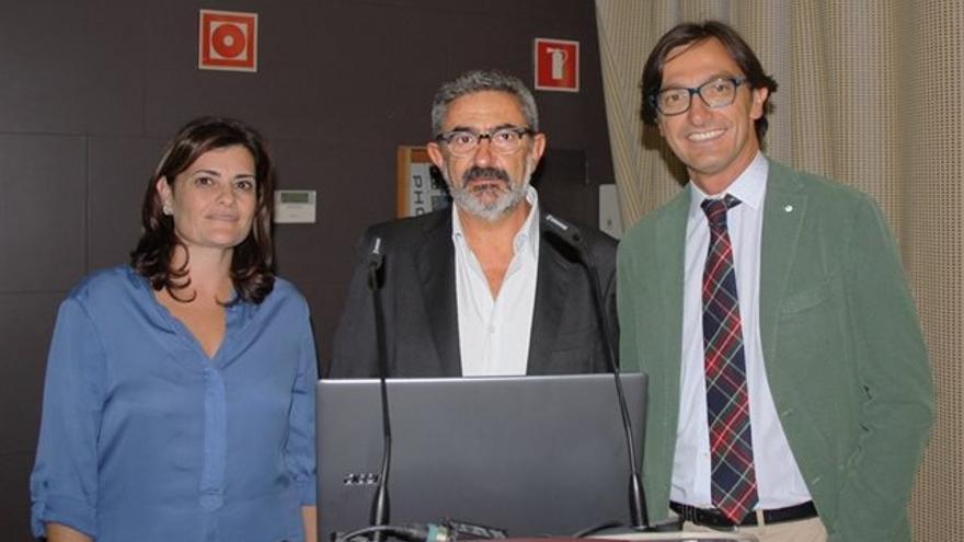 El doctor Ángel Santaolaya, en el centro