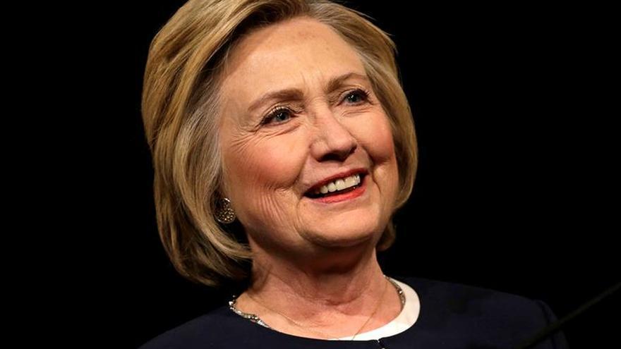 Juez ordena interrogar a ayudantes de Hillary Clinton por sus correos