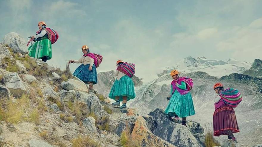 Las Cholitas escalando una montaña