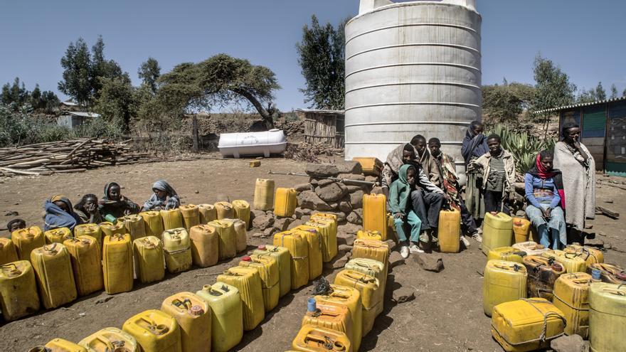 Cada día decenas de personas hacen cola en el punto de distribución de agua de Ayuda en Acción en Awchara © Ángel López Soto_Ayuda en Acción