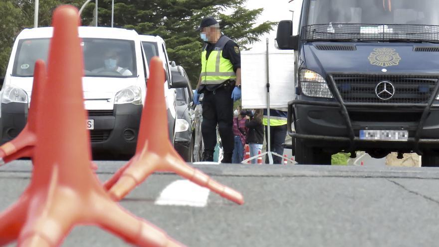 Un policía nacional, en un control en la frontera con Francia, en Irún, el pasado 30 de marzo