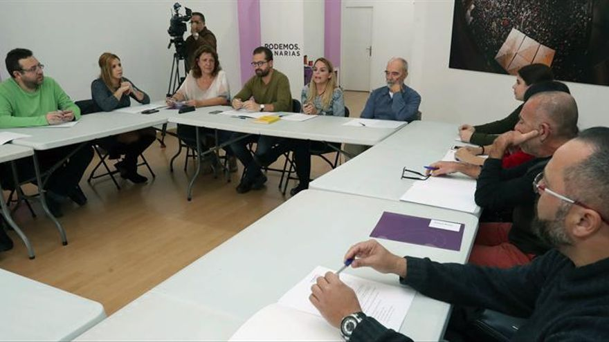 """La secretaria general de Podemos en Canarias, Noemí Santana reunió al que denominó el """"gobierno en la sombra"""" del partido. EFE/Elvira Urquijo A."""