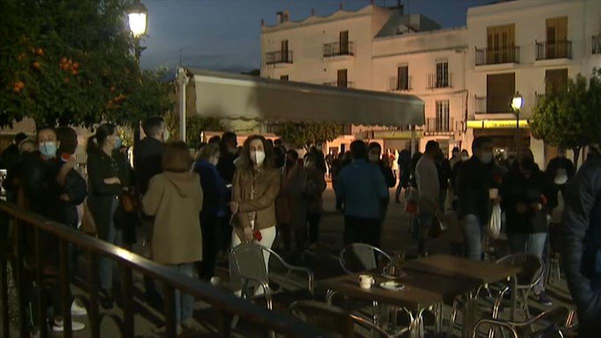 Concentración de vecinos de Alburquerque (Badajoz) durante el pleno municipal de este jueves