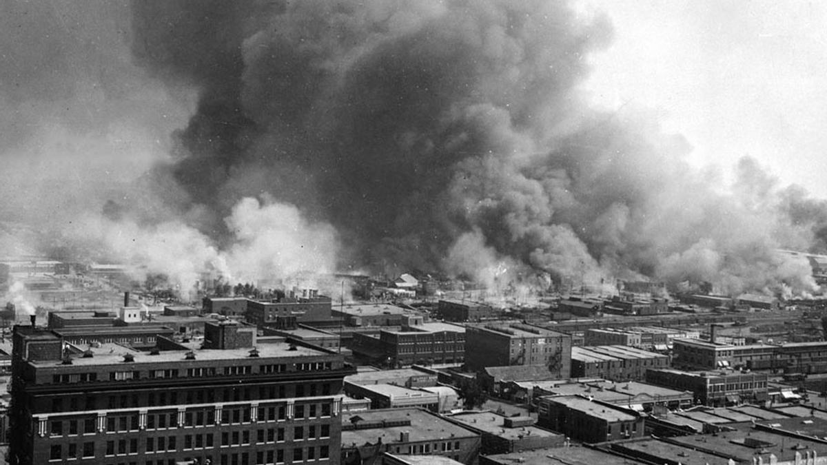 La ciudad de Tulsa, Oklahoma, en llamas durante la masacre racial en la noche del 31 de mayo al 1 de junio de 1921.
