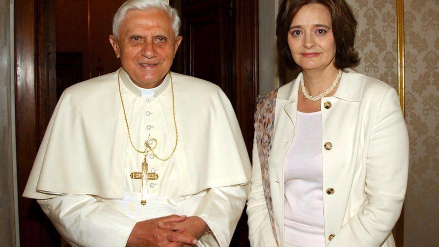 La primera dama británica Cherie Blair (d) es recibida por el papa Benedicto XVI en audiencia privada en el Vaticano, hoy viernes 28 de abril. El Pontífice dijo hoy, en un mensaje pronunciado en un encuentro de la Academia Pontificia de Cienta Sociales, que la causa del descenso de la tasa de natalidad en el mundo es el creciente número de relaciones sin amor. Cherie Blair, que es católica, participó en el acto como invitada poco antes de ser recibida en audiencia por el Papa. EFE/Osservatore Romano