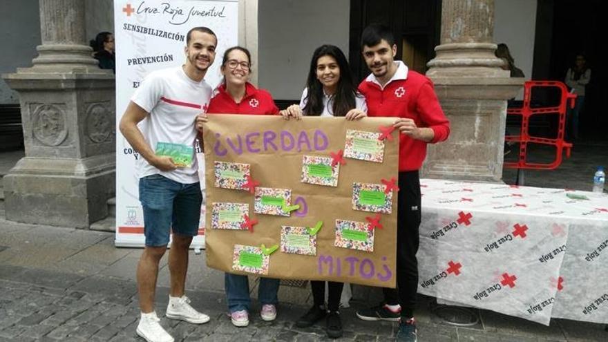 Actividad realizada en las calles de S/C de La Palma, por Cruz Roja Juventud (CRJ) de la comarca Este La Palma, para sensibilizar, informar y reducir el estigma que existe hacia las personas que padecen la infección de VIH. Foto: Cruz Roja.