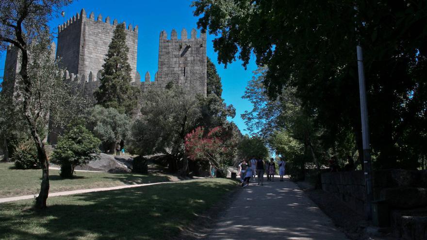 El Castillo de Guimaraes preside la 'Colina Sagrada', epicentro simbólico de la nación portuguesa. VA