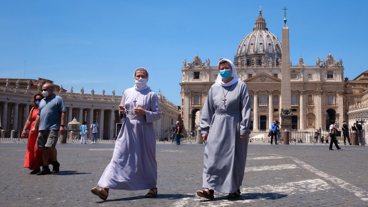 Religiosas con mascarilla caminan por la plaza de San Pedro, en la Ciudad del Vaticano